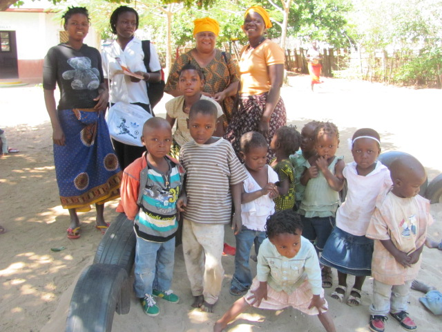 Con las profesoras y niños de la escueliña