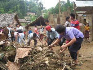 El personal del JRS se unió a la gente durante el día de la limpieza